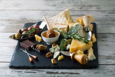 Plakát Lahodné sýry na palubě s medem, ořechy na bílém backgro
