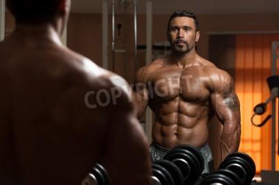 Plakát Latin nástavbáře vypracování bicepsů - Činka Koncentrační kroutí
