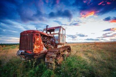Plakát ld rezavý traktor v poli na západ slunce