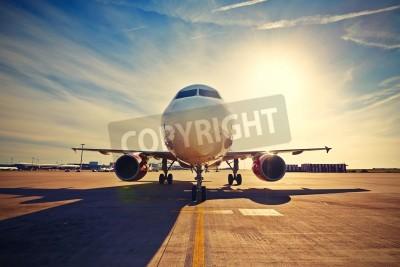 Plakát Letadlo je pojíždění vzlétnout na východ slunce