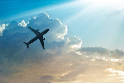 Plakát Letadlo na obloze a oblak při východu slunce