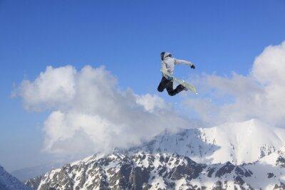 Plakát Létání snowboardista na horách. Extrémní sport.