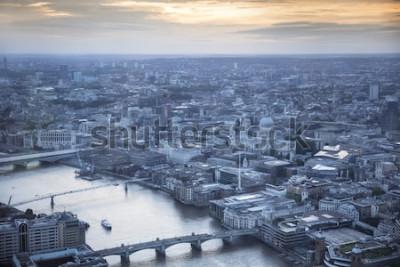 Plakát Letecký pohled na město Londýn za soumraku. V popředí je řeka Temže, katedrála sv. Pavla a finanční čtvrť.