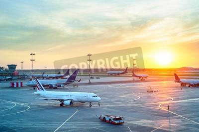 Plakát Letiště s mnoha letadel na krásný západ slunce