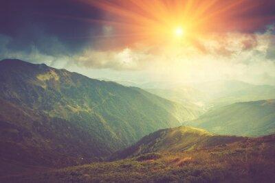 Plakát Letní horské krajiny na slunci. Turistická stezka v kopcích.