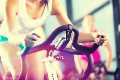 Plakát Leute beim Spinning ve sportu Fitnessstudio