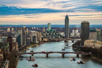Plakát Londýn, Anglie - Letecký pohled na panorama západního Londýna, včetně mostu Lambeth a mostu Vauxhall s mrakodrapy