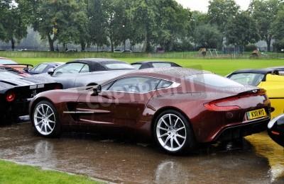 Plakát LONDÝN - září 04: Aston Martin One-77 v Chelsea AutoLegends dne 04.09.2011 v Londýně. Aston Martin One-77 se bude vyrábět na pouhých 77 kusů.