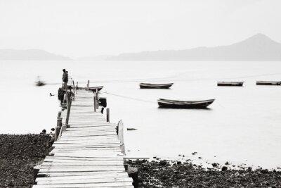 Plakát Lonely molo podél pobřeží, nízká sytost obrazu.
