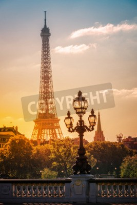 Plakát Lucerny na Alexandre III most proti Eiffelovy věže v Paříži, Francie