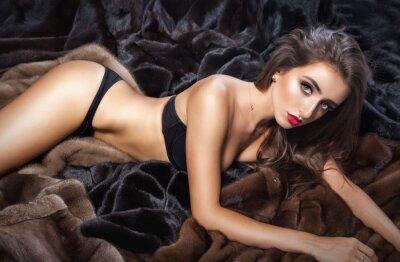 Plakát Luxusní krásná žena s kožešinami norkový kožich s kapucí při pohledu na kameru
