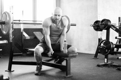 Plakát Mann im Fitness Studio auf der banka