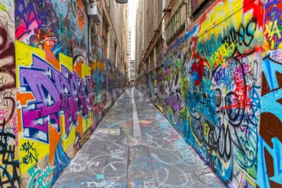 Plakát MELBOURNE, AUSTRALIA - MARCH 16, 2015: Colorful graffiti in narrow alley of downtown.