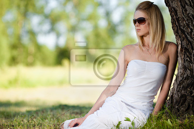 mladá blondýna kouření