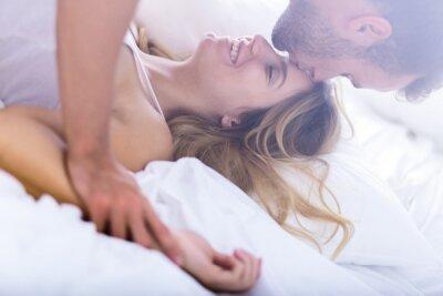 Plakát Mladá manželství během ranního sexu