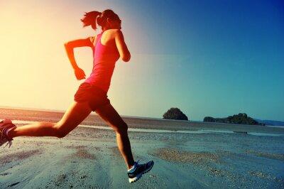 Plakát Mladá žena běžící na Sunrise Beach