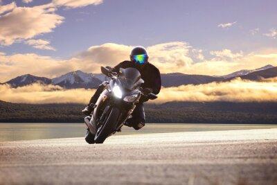 Plakát Mladý muž na koni velký kolo motocykl proti ostré křivky ASPH