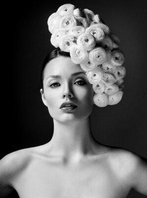 Plakát modelka s velkým účesem a květiny ve vlasech.