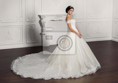 Plakát Módní nevěsta v luxusní svatební šaty amd diamantových šperků ve  studiu d026046c9e