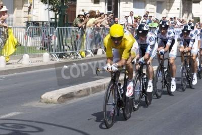 Plakát MONTPELLIER, Francie - Červenec 7: Team Saxobank tlačí vpřed v etapě 4 v roce 2009 Tour de France 7. července 2009 v Montpellier, Francie