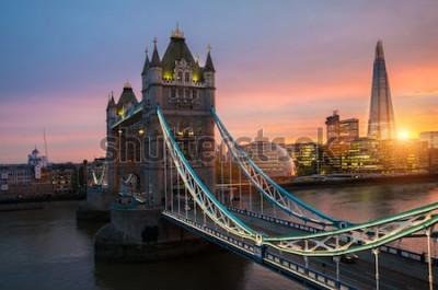 Plakát Most London Tower při západu slunce za slunečného letního večera - střílel proti modré obloze jasné do zářícího slunce
