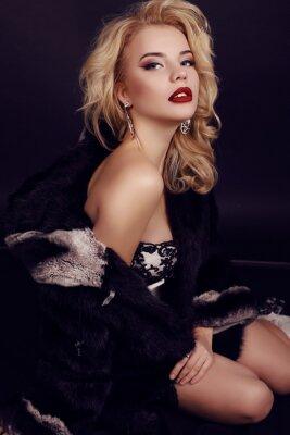 Plakát nádherná žena s blond vlasy nosí luxusní šaty, srst a Bijou