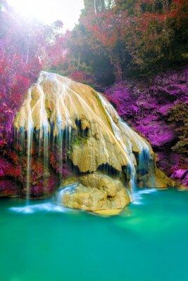 Plakát nádherný vodopád s barevnými strom v Thajsku