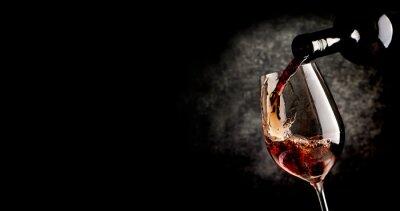 Plakát Nalévání vína na černém