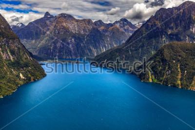 Plakát Nový Zéland. Milford Sound (Piopiotahi) shora - hlava fjordu, letiště Milford Sound v pozadí