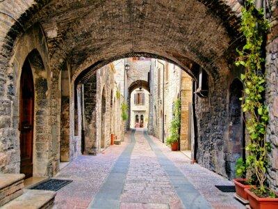 Plakát Obloukové středověké ulice v městečku Assisi, Itálie