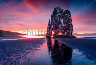 Plakát Obrovský čedičový zásobník Hvitserkur na východním břehu poloostrova Vatnsnes. Barevné letní slunce na severozápadě Islandu, Evropa. Krása přírody koncept pozadí.
