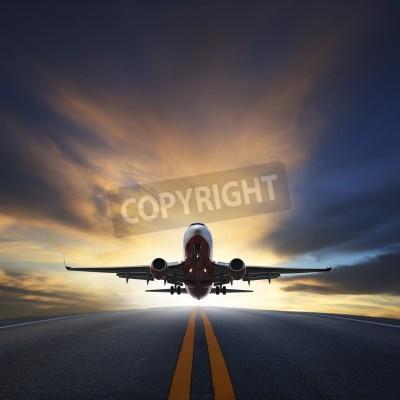 Plakát osobní letadlo vzlétnout z drah proti krásné tmavá obloha s kopií prostor využití pro leteckou dopravu, cesta a cestování Industry Business