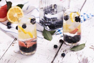 Plakát Osvěžující domácí letní koktejl s ovocem a ovoce. selektivní zaměření