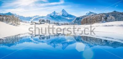 Plakát Panoramatický pohled na krásné bílé zimní říši divů scenérie v Alpách s zasněžené horské vrcholy odráží v křišťálově čisté horské jezero na chladný slunečný den s modrou oblohu a mraky  t