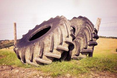Plakát Pár pneumatik velkého traktoru demontovat a ponechán v italštině