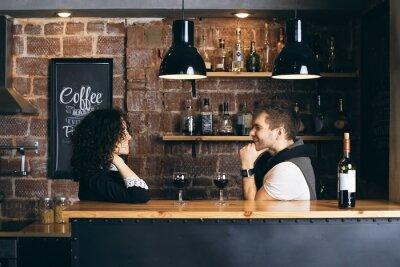 Plakát Pár v baru se dvěma skleničkami vína