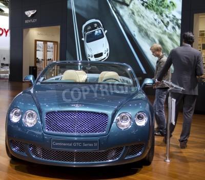 Plakát Paris Motor Show 2010 v Paříži, ukazuje Bentley Continental GTC Series 5I