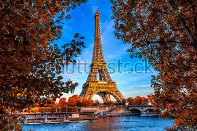 Plakát Paříž Eiffelova věž a řeku Seinu v Paříži, Francie. Eiffelova věž je jednou z nejznámějších památek Paříže. Podzimní Paříž.