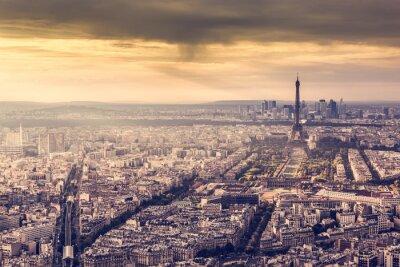 Plakát Paříž, Francie panorama při západu slunce. Eiffelova věž v romantickém zlatém světle