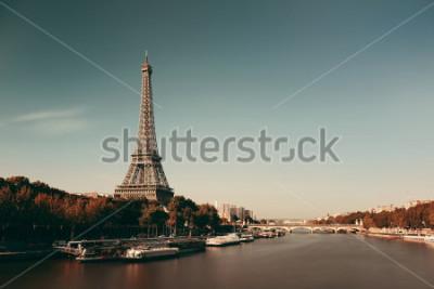 Plakát Pařížská řeka Seine s Eiffelovou věží ve Francii.