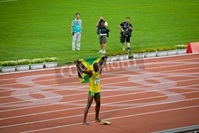 Plakát Peking - 16.srpna: Usain Bolt oslavuje drží jamajské vlajky po nastavení nový světový rekord 100 metrů pro muže