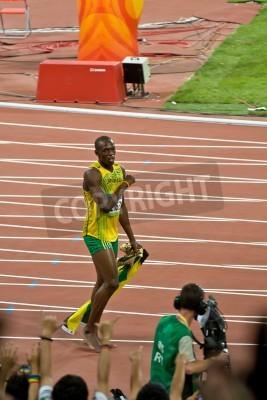 Plakát Peking, Čína - 16.srpna 2008: olympijský vítěz Sprinter Usain Bolt po vítězství v 100 m olympijském závodě