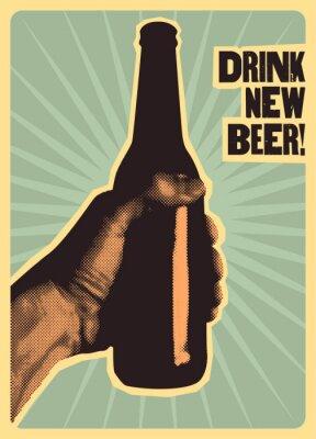 Plakát Pijte nové pivo! Typografický vinobraní pivní plakát. Ruka drží láhev piva. Retro vektorové ilustrace.