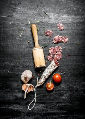 Plakát Pikantní salám s rajčaty a česnekem.