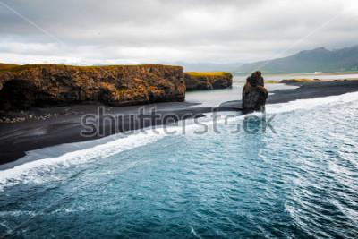 Plakát Pohled na pláž Kirkjufjara a útes Arnardrangur. Umístění Myrdal údolí, Atlantský oceán u vesnice Vik, Ostrov, Evropa. Scénický obraz úžasné přírody. Objevte krásu země.
