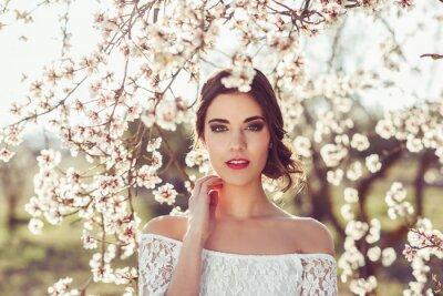 Plakát Portrét mladé ženy v květinové zahradě na jaře tim