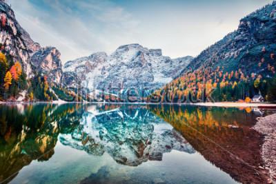 Plakát První sníh na jezeře Braies. Barevné podzimní krajina v italských Alpách, Naturpark Fanes-Sennes-Prags, Dolomity, Itálie, Evropa. Krása přírody koncept pozadí.