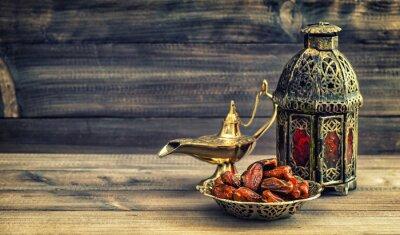 Plakát Ramadán lampa a termíny na dřevěném podkladu. Orientální lucerna