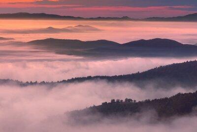 Plakát Ranní krajina v horském prostředí mlhavé