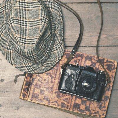 Plakát retro kamera s vintage plstěný klobouk a fotoalbum na dřevěné b